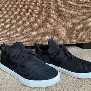 Like new black sneakers!
